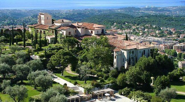 """8- Hotel Château Saint-Martin & Spa, Cote D'Azur, Fransa  Cote D'Azur'un Fransız bölgesinde yer alan lüks otel, yeni evlenen çiftler için romantik bir tatil sağlamaktadır. Ferah ve modern dekore edilmiş odaları ile romantik bir tatil vaadeden otelde gün içerisinde lavanta bahçelerinde dolaşabilir, zeytin ağaçları altında dolaşabilir, otelin spasından yararlanabilirsiniz. Çiftler için verilen bakım ve güzellik hizmetinden yararlanabilir, taş masajı yaptırabilir ve meditasyon kurslarından yararlanabilirsiniz. Akşamları """"Le Saint-Martin"""" restoranında iki Michelin yıldızlı şef Yannick Franques tarafından hazırlanan romantik yemeği yiyebilirsiniz."""