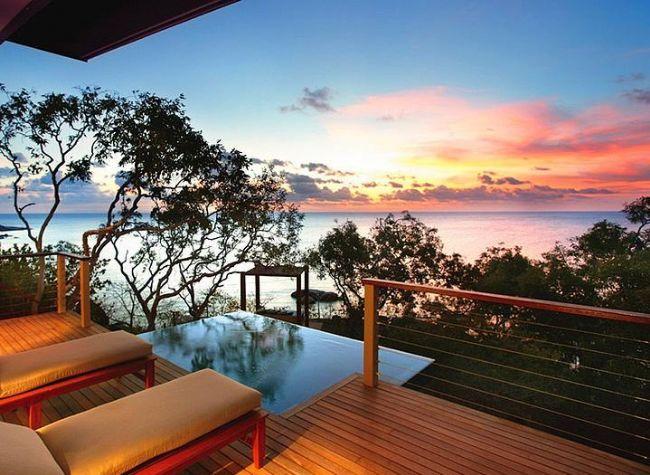 9- Lizard Island Resort, Queensland, Avusturalya  Avusturalya'nın Queensland bölgesinde yer alan ve Barrier Reef'e kıyısı olan otelde 40 lüks villa bulunmaktadır. Sualtı dalgıçları ve şnorkel yüzücüleri tarafından çok popüler olan bölgede romantik çiftler için kumsalda piknik yapabilir, eşsiz çiçek bahçelerini keşfedebilir ya da korumaya alınmış doğal güzelliklerin tadını çıkartabilirsiniz. Kumsalda akşam yemeği konsepti ile 7 farklı menü içerisinden istediğinizi seçebilir ve kumsalda balayı ziyaretçileri için hazırlanan konseptte yemeğinizi yiyebilirsiniz.