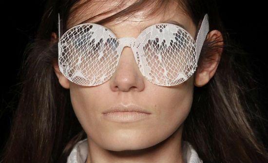 Evdelerimizde kullandığımız dantel örtüyü, bu tasarımda gözlük camının üzerinde görüyoruz.