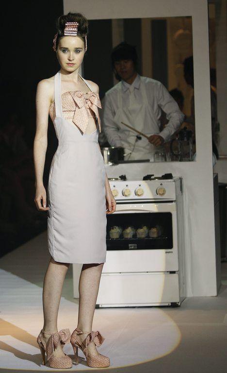 Elbisenin göğüs bölgesinde ve ayak bileğinde kurdele bulunan kıyafet ve ayakkabı tasarımı.