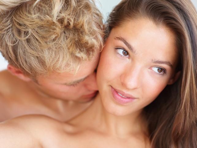 """Aslan   Geçmişiniz   Tüm arkadaşlarınız """"o muhteşem romantik geceyi"""" ya da """"o inanılmaz aşkınızı"""" bilirler. Hatta artık bunları daha fazla dinlememeyi tercih ederler. Dramatik halleriniz birçok ilişkinizin bitmesine neden olmuştur. Biraz sakinleşmeye ne dersiniz?   Yatak odası sırlarınız   Üstte olmamaya özen gösterirsiniz çünkü göğüslerinizin o açıdan güzel durmadıklarına inanırsınız. Gizlice porno yıldızlarından gördüğünüz ve sizi en güzel gösterecek pozları hafızanıza kazırsınız ve yatakta aynılarını denersiniz. Polaroid makineyle çıplak fotoğraflarınızı çektirmeye bayılırsınız. Sizi en çok tahrik eden şey, onu değil, kendinizi izlemektir. Kendinizi aşırı beğenirsiniz.   Yaramaz yanlarınız   Sizi tatmin etmesine bayılıyorsunuz çünkü bu halde kendinizi prenses gibi hissediyorsunuz. Emir vermekten çekindiğiniz de görülmemiştir: """"Daha hızlı! Daha yavaş! Daha derin!"""" En büyük fanteziniz, saygı duyacağınız bir erkek bulup onu köleniz haline getirmek. Acı ama gerçek!"""