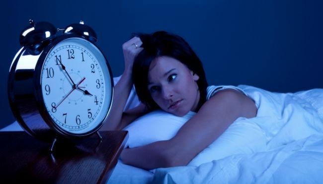 Ara öğün tüketin:   Yatmadan 1-2 saat önce tüketeceğiniz hafif bir ara öğün uykuya dalmanızı kolaylaştırır. Bu saatlerde tüketeceğiniz ağır yiyecekler ise midenizde fazla doluluk yaratacağından uykunuzu iyice kaçırabilir.