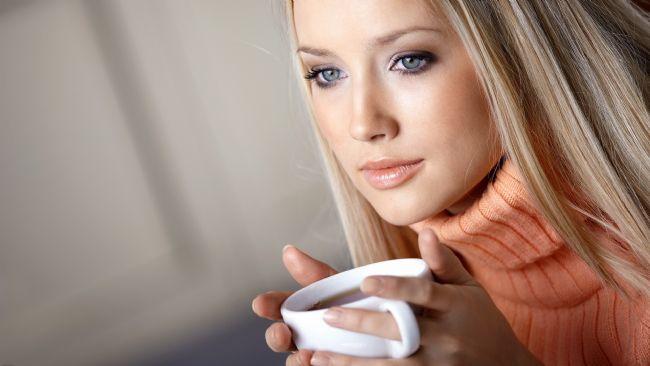 Gizli kafein kaynaklarına dikkat edin:   Aşırı kafein alımının uykusuzluğa sebep olabileceği uzun zamandan beri bilinen bir gerçek. Fakat uykuya yakın saatlerde sadece kahveden uzak durmak yetmiyor. Çay, yeşil çay gibi diğer kafein içeren içeceklere konusunda da dikkatli olmak gerekiyor. Ayrıca çikolata, birçok asitli içecek hatta kafeinsiz kahvede bile bir miktar kafein var. Ciddi anlamda uykusuzluk çeken biriyseniz, kafeinli içecekleri yatma saatine 6 saat kala tamamen kesmeniz uykuya dalmanızı kolaylaştıracaktır.