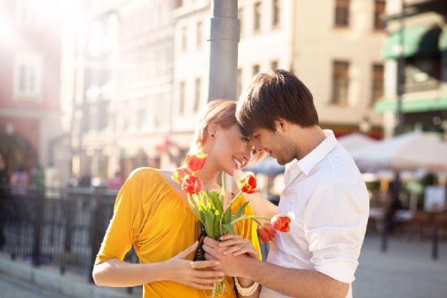 Bir Terazi'ye mi aşıksın?   Ona ilgi gösterin ve destekleyin. Kısa süre sonra bir de bakarsınız hayatının en özel yönlerine kadar sizinle paylaşması yetmezmiş gibi size kendini adamış sadık bir eş sahibi oluvermişsiniz.Sorun bu bağlılığı sadece size değil etrafındaki herkese; ailesine, arkadaşlarına tanıdıklarına da göstermesidir.   Hep dengeli olmak isteyen ancak hep iki arada bir derede kalan biriyle birlikte olduğunuzu sakın aklınızdan çıkarmayın. Yaptığı bir seçimden memnun değilseniz bunu seslendirmek yerine bekleyin, nasıl olsa bir de diğer seçeneği deneyecektir. Sıradan her şeyi ondan uzak tutmalısınız, dolayısıyla ona bir buket karanfil göndermek yerine orkide veya zambak tercih etmelisiniz. Onun zevkine güvenmeli, evi bir sürü tuhaf eşyayla doldurma fikrini sabırla karşılamalı ve yaratacağı güzellikleri görmeden asla tahayyül edemeyeceğinize inanmalısınız.