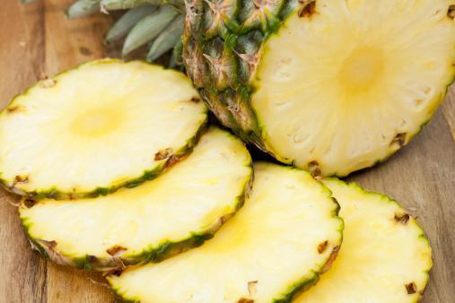 Ananas: Ananastaki bazı enzimler, balık ve kırmızı etteki proteinin daha kolay parçalanmasına yardımcı oluyor. Böylece protein, hücreler içinde daha kolay emilebiliyor, vücut bu proteinlerden daha fazla yarar sağlıyor. Ananas aynı zamanda vücudun enerjisini artırarak daha fazla yağ yakılmasını da sağlıyor.