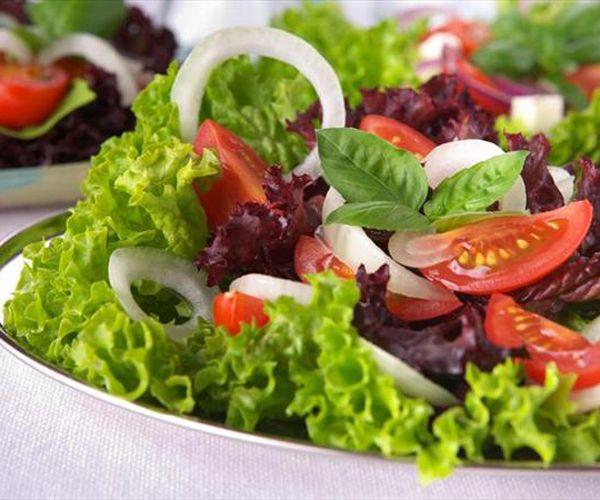 Kıvırcık salata: Ülkemizde sofraların vazgeçilmez besinlerinden birisi olan kıvırcık salata, kas yapımına yardımcı olan potasyum açısından çok zengin. Vücudun kaslı olması ise hızlı bir metabolizmayla aynı anlama geliyor. Kıvırcık salatanın bol miktarda C vitamini içerdiğini, bunun dış yapraklarda daha fazla miktardayken iç kısımda kalan yapraklarda oldukça azaldığını da belirtelim.