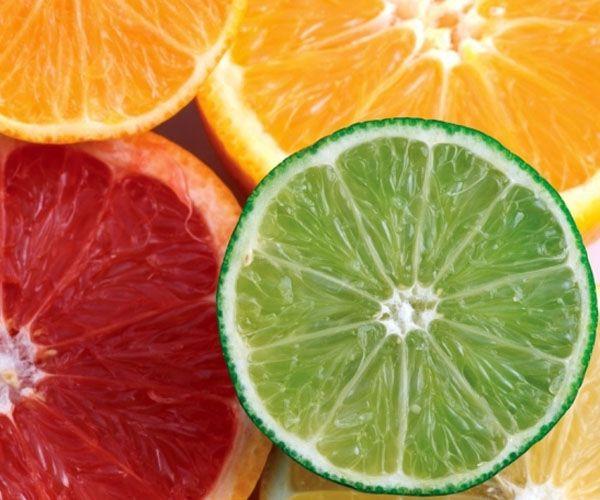 Limon, portakal, greyfurt: Gerçek birer C vitamini deposu olan bu meyveler içerdikleri flavonoidler sayesinde hem iyi birer yağ savaşçısı hem de bağ doksunu güçlendirdikleri için cildin dostu. Midesini düşünenler portakal yerine greyfurtu tercih edebilir.