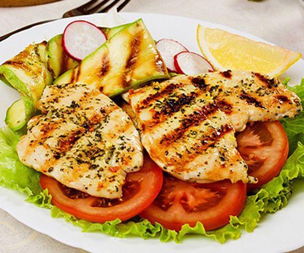 Tavuk eti: Derisinden ayrılan beyaz tavuk eti protein açısından zengin, yağ açısından ise son derece fakirdir. Tavuğun yanı sıra piliç, deve kuşu ve hindi eti de aynı özelliğe sahip. Ayrıca bu gıdalar zengin birer protein kaynağı olarak cildin yağ dokusunu güçlendirirler.