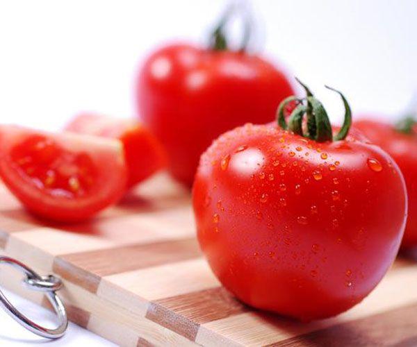 Domates: Potasyum açısından zengin domates sindirimi de çok kolaylaştırıyor. İçindeki mineral ve vitaminler tüketeni tok ve zinde tutuyor. İçindeki likopen ise çok etkili bir antioksidan ve hücreleri koruyor.