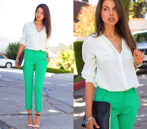 Deniz köpüğü yeşili renkte keten pantolonu beyaz bir bluz ile kombinleyebilirsiniz.