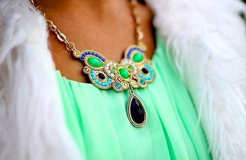 Deniz köpüğü yeşili renkte olan olan bluzu bu tip aksesuarla kullanmak doğru bir tercih olacaktır.