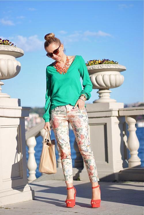 Deniz köpüğü yeşili renkte olan bluzu çiçek desenli dar paça pantolonla tamamlamak doğru bir tercih olacaktır.