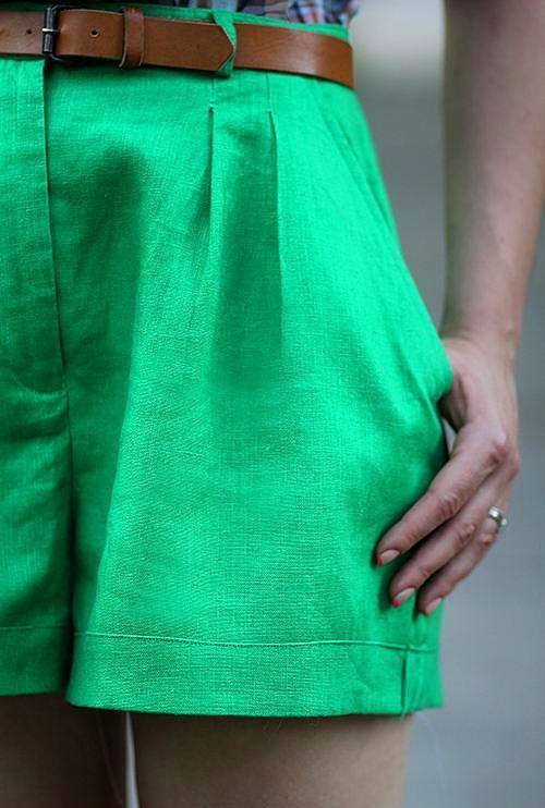 Deniz köpüğü yeşili renkte olan keten şortu, kahverengi tonları bir kemer ile tamamlayabilirsiniz.