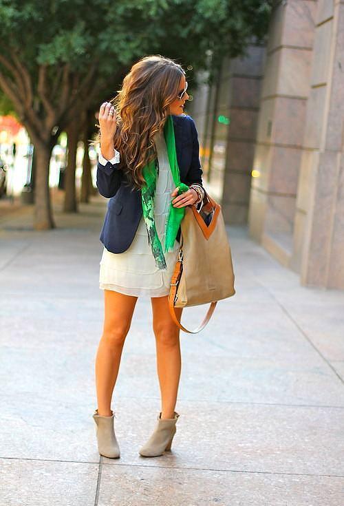 Beyaz renkte olan elbisenizi deniz köpüğü yeşili renkte olan bir fular yardımıyla bir bütün oluşturabilirsiniz.