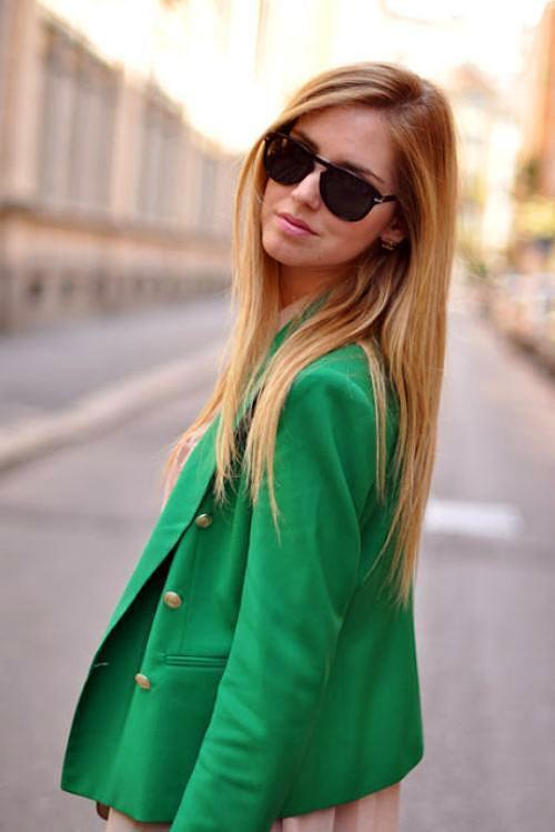 Deniz köpüğü yeşili ceketinizi pembe tonlarındaki bir bluz ile kombinleyebilirsiniz.