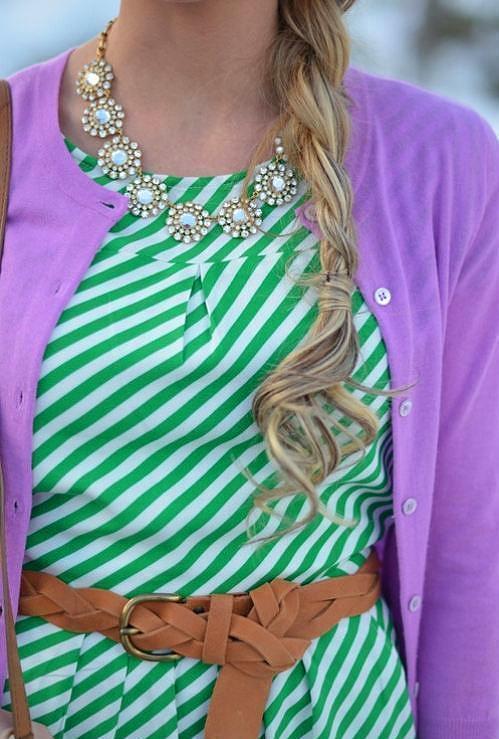 Deniz köpüğü yeşili renkte olan çizgili elbisenizi örgü koyu tonlarda kemer ile kombinleyebilirsiniz.
