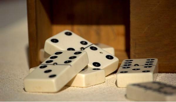 ABD Albama'da Pazar günleri domino oynamak yasaktır. Albama'da yaşıyorsanız kilisede sahte bıyık takip komiklik yapamazsınız.