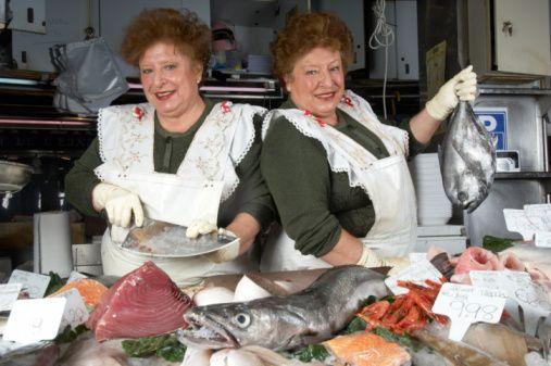 Liverpool'da tropikal balık satan kadınlar halka açık alanlarda üstsüz gezebilir.