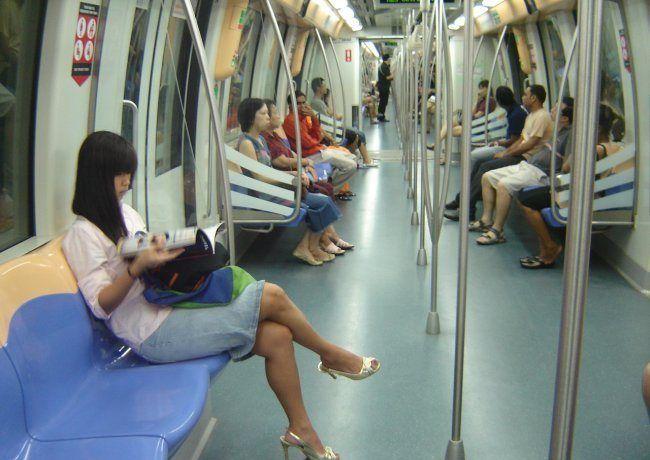 Singapur'da metrolarda sakız çiğnemek yasaktır.