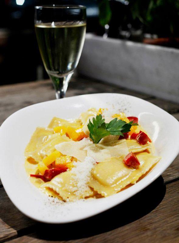 Vapiano  Türkiye'deki ilk şubesi Suadiye'de açılan Vapiano, tüm dünya'da olduğu gibi Türkiye'de de gerçek İtalyan usulü yemekleri özleyenlerin buluşma noktaları arasındaki yerini aldı.  Makarna çeşitleri arasında Pomodoro (Domates sos), Arrabbiat (Domates sos, Çili biberi), Pesto (Zeytinyağı, Pesto sos, Çam fıstığı), Aglio E Olio (Zeytinyağı, sarımsak, Çili biberi) gibi birçok lezzetli çeşit bulunuyor.   Şubeler  Yurt dışında birçok şubesi bulunan mekanın Türkiye'deki adresi ise; Harbiye Mah. Abdi Ipekci cad. No. 61/A Osmanbey