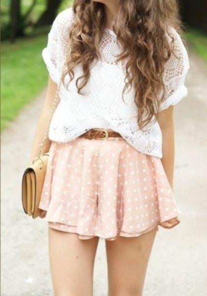 Puantiyeli eteğinizin üstüne dantelli beyaz bir bluz giyerek hoş görünebilirsiniz