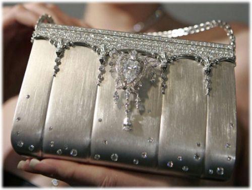 """En Pahallı Çanta Dünyanın en pahalı el çantası Saf platinden yapıldı ve elmaslarla süslendi. Japon modacı Ginza Tanaka, çantayı Tokyoda bir defileyle Temmuz 2007de tanıttı. Çanta bir gün sonra alıcı buldu. Fiyatı ise tam """"1.63"""" milyon dolar."""
