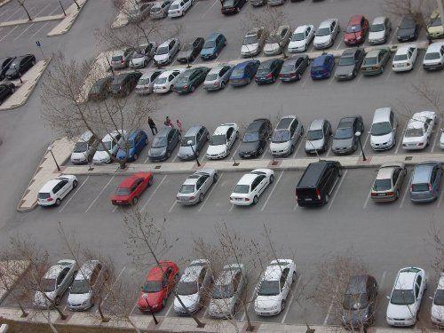 """Park Yeri Newyork'un Manhattan semtinde 5.5 metreye-2.5 metre olan bu park yeri bir online satış sitesinde 225 bin dolardan satışa çıktı. Fiyatı bir Ferrari fiyatından fazla ama almak isteyenler bekleme listesinde. Manhattan'da en iyi emlak yatırımı park yeri olarak görülüyor hatta arabası olmayanlar bile park yeri alıyor. Fiyatı : """"225"""" bin dolar."""