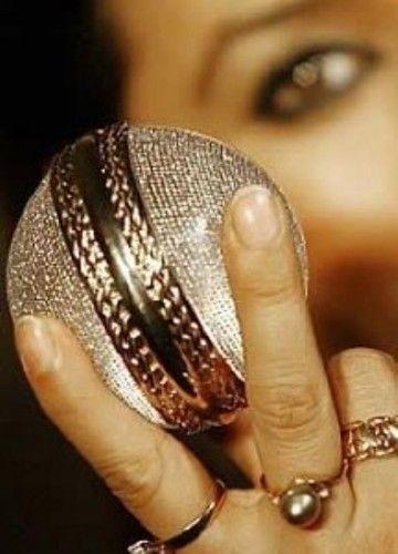 Kriket Topu Top deyip geçmemek lazım. Üzerinde 5 bin 728 elmas bulunan bu kriket topunu 2007'de alıcı buldu.