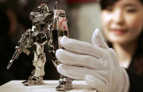 """Oyuncak Robot Japon Ginza Tanaka mücevhercisi ile Bandai Co. oyuncak üreticisi, Japonların ünlü çizgi filim karakteri robot Gundam'ın oyuncağını yaptılar. 1400 gramlık oyuncak saf platinden yapıldı. Fiyatı """"41"""" bin dolar olan pahalı oyuncaktan 40 adet satıldı. Alıcıların kimliği ise açıklanmadı."""