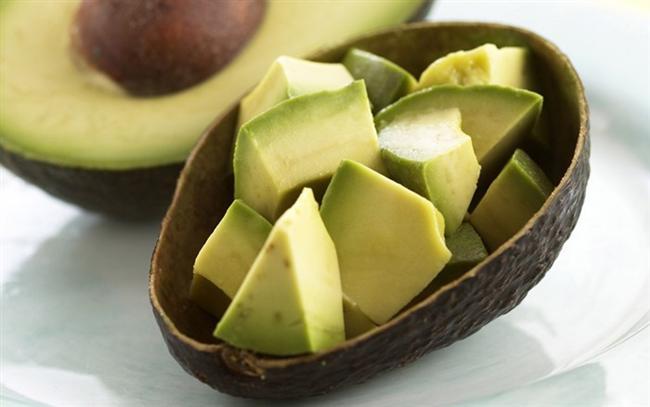 Avokado: Avokado, vitamin-mineral içeriği yüksek ve aynı zamanda sağlıklı yağ asitlerini yapısında bulunduran bir meyvedir. Günlük vitamin ihtiyacının karşılanmasında ve vücudun ihtiyaç duyduğu yağ asitlerinin alınmasında önemli rol oynayabilir. Ayrıca avokado, birlikte tüketildiği besinlerin vücutta daha iyi kullanılmasına yardımcı olur.