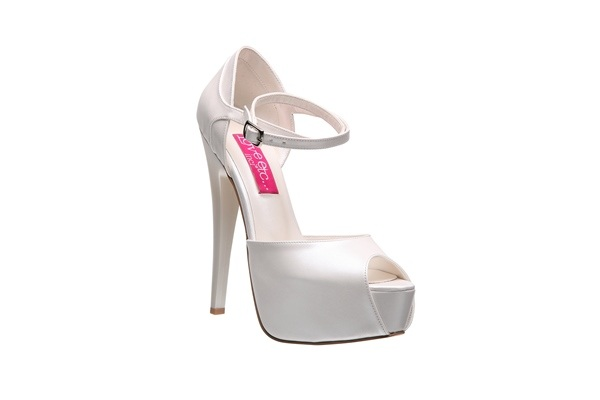 Gelinlikler sadeleştikçe gelin aksesuarlarının önemi arttı. Özellikle gelinliğin altına giyilcek ayakkabılar çok özenle seçiliyor. Ayakkabı markalarıda birbirinden şık gelin ayakkabıları tasarımlarıyla göz kamaştırıyor. İşte sizlere İnci Deri'den gelin ayakkabıları koleksiyonu...