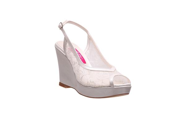 Sırf dantel kaplamalı ya da bir tarafına dantel iliştirilmiş gelin ayakkabılarını tercih edebilirsiniz.
