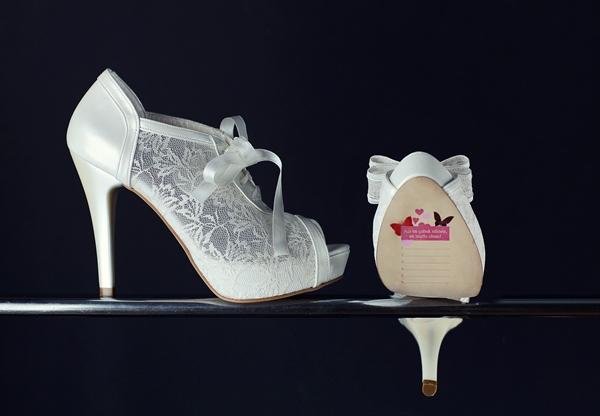 Taşlardan ve pullardan hoşlanıyorsanız sezonun modası olan dantelli ayakkabılarını tercih edebilirsiniz.