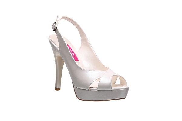 Ayakkabılardaki detaylar, taşlar ve danteller ayakkabınızdaki farkı ve özelliği ön plana çıkarıyor fakat ben sadelikten vazgeçmem diyorsanız böyle bir ayakkabıyı düşünebilirsiniz.