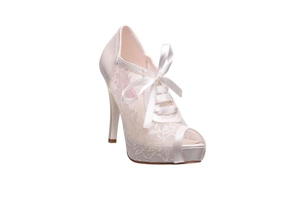 Dantel bu sezon hem gelinliklerde hem de gelin ayakkabılarında fazlasıyla trend.