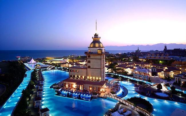 Mardan Palas, Antalya  Akdeniz'in tatil merkezi Antalya'nın Mardan Palace otelinin göz kamaştırıcı havuzu.