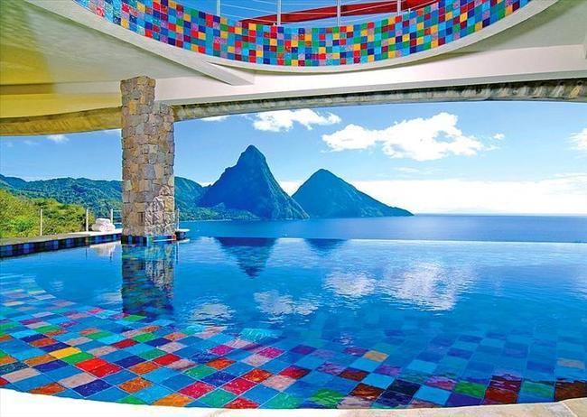 Jade Mountain Resort, St. Lucia  Jade dağında bulunan otelde, her odanın kendi dağ manzaralı havuzu mevcut.