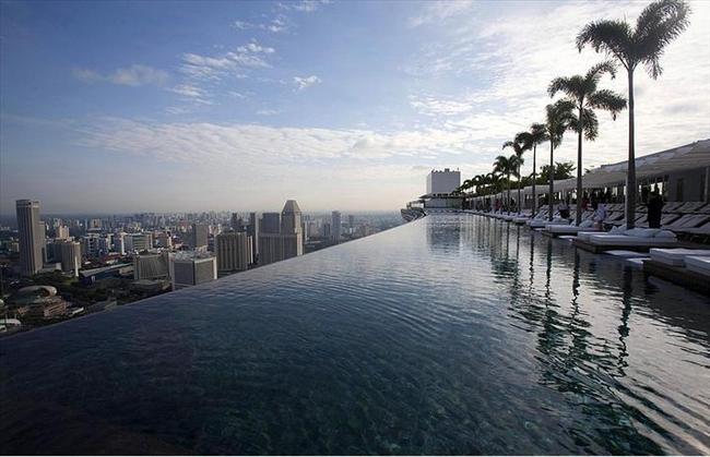 Marina Bay Sands Resort, Singapur  57. Kattaki bu havuz Singapur şehri manzarasına sahip.