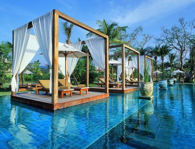 The Sarojin, Tayland  Keskin kenarlı bu havuz jakuziye ve içinde üç tane kamelyaya sahip.