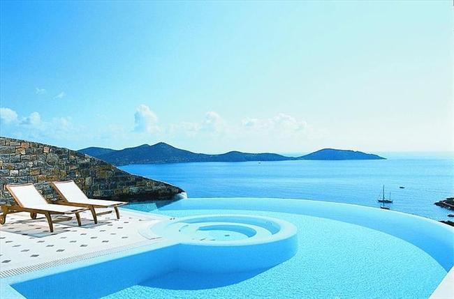 Elounda Gulf Villas and Suites, Yunanistan  Ödül sahibi bu lüks villaya ait havuz, çeşitli spa imkanları sağlıyor.
