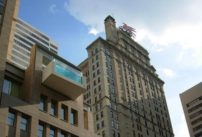 The Joule Dallas, Texas  Dallasta ki bu çatı katı havuz binadan ayrılarak güzel bir şehir manzarası sunuyor.