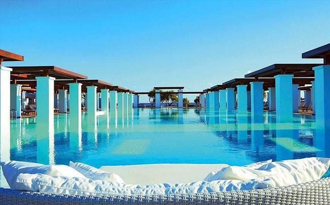 Amirandes Grecotel Exclusive Resort, Yunanistan  Eski kraliyet saraylarından esinlenen havuz, Avrupa lüksünü yansıtıyor.