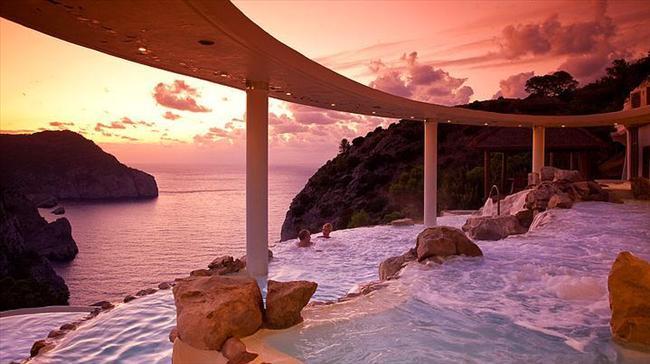 Hotel Hacienda Na Xamena, İspanya  Korunan bir parkın içinde denizden 180 metre yükseğe yapılmış ve güzel bir okyanus manzarasına sahip havuz.