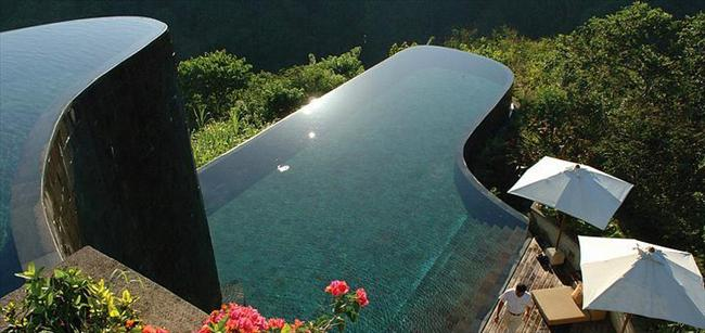 Ubud Hanging Gardens, Endonezya  Yağmur ormanının üstüne yapılmış keskin köşeli ve iki katmanlı havuz.