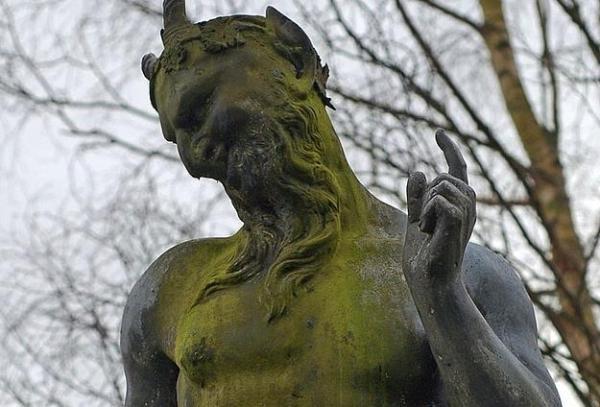 PAN: Aşık olduğu Syrinx'i bir flüte dönüştürdü.Diğer aşkı Echo'yu karşılık göremediği için öldürttü.Çobanlara nasıl masturbasyon yapılacağını öğretti.Pisliğini koyun derisine sarıp, Ay Tanrıçası Selene'yi kandırdı