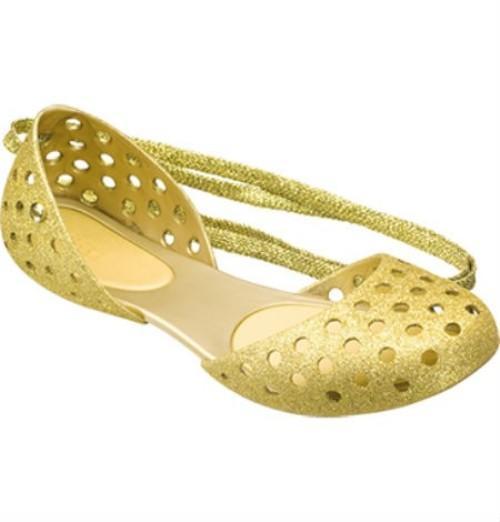 """Plastik ayakkabı çılgınlığını Crocs başlattı. Marka beş yılda tüm dünyada 50 milyondan fazla ayakkabı sattı. """"En güzel çirkin"""" sloganına sahip Crocs'lar ilk olarak yelkenle uğraşanların teknelerde giymesi için tasarlandı. Yaratıcıları ayakkabıları plastik benzeri, patenti kendilerine ait croslite adında bir malzemeden üretti. Ortopedik olan, kaymayan, rahat temizlenen, antibakteriyel bu ayakkabılar sadece 150 gram ağırlığında."""