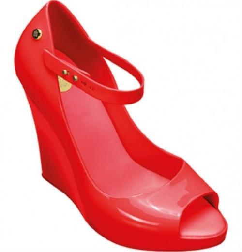 Nichols'ta ve Bilstore'da satılıyor. Koleksiyonunda babetten sandalete, topuklu ayakkabıdan platform tabanlı tasarımlara kadar pek çok seçenek var. Ayakkabılar kimi modellerde Swarovski taşlarla süslenmiş.  Kimi modellere hasırdan örülmüş havası verilmiş.