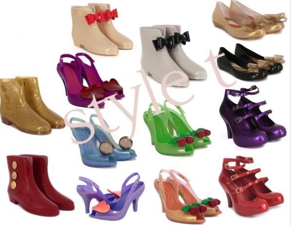 Her tarzda ve renkte olan plastik ayakkabılar artık herkesin ayağında görmek mümkün.