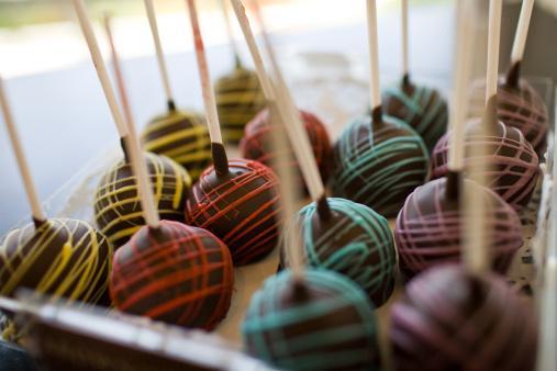 Oğlak   Oğlak, sert görüntüsünün altında aslında yumuşak bir karakter barındırır. Bu nedenle dışı sert içi dolgulu çikolataları tercih ederler. Kaliteye olan düşkünlükleri çikolata tercihlerine de yansır.