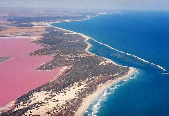 Hutt Gölü, Avustralya  Batı Avustralya'da yer alan gölün rengi içindeki alg oranına göre kırmızıya da dönüşüyor.